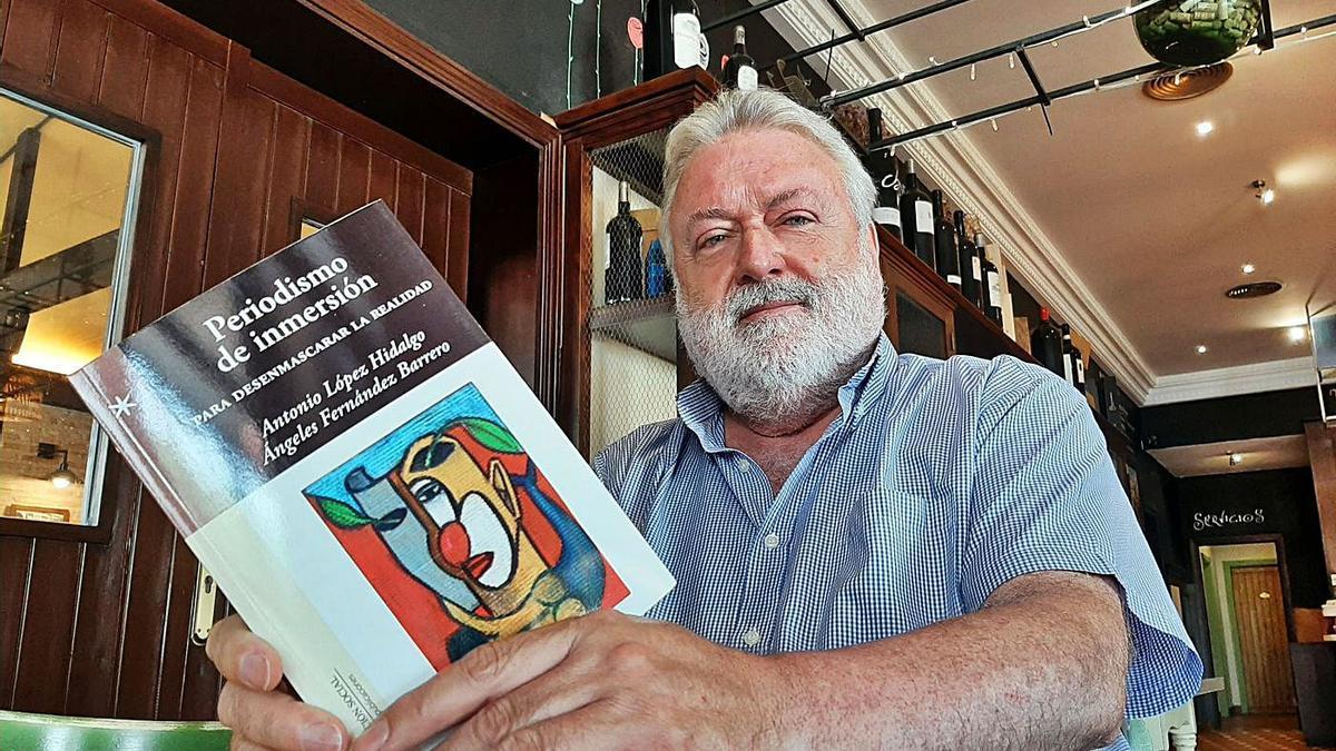 Maestro de periodistas | El escritor montillano Antonio López Hidalgo, con el nuevo libro entre sus manos.