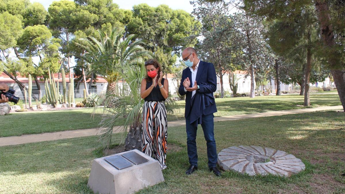 Versos de Benedetti en la placa instalada ayer en la UA, descubierta por Eva Valero y Manuel Palomar.