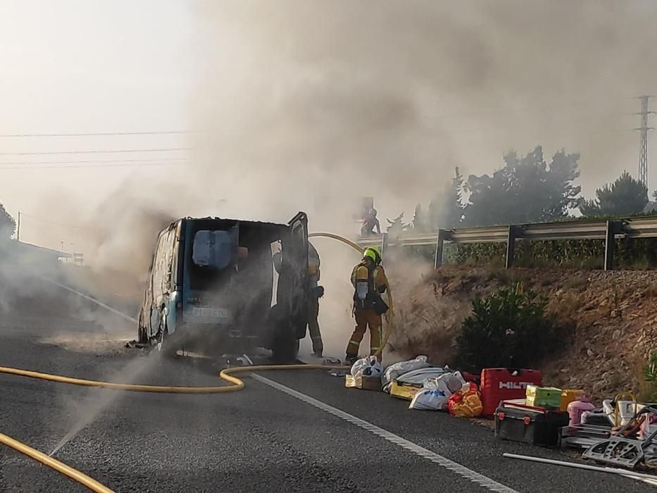 El incendio de una furgoneta corta el acceso a la salida norte de Torrevieja a la autovía. Los bomberos de Torrevieja han retirado la carga del vehículo que podía ser peligrosa, con una bombona de oxí