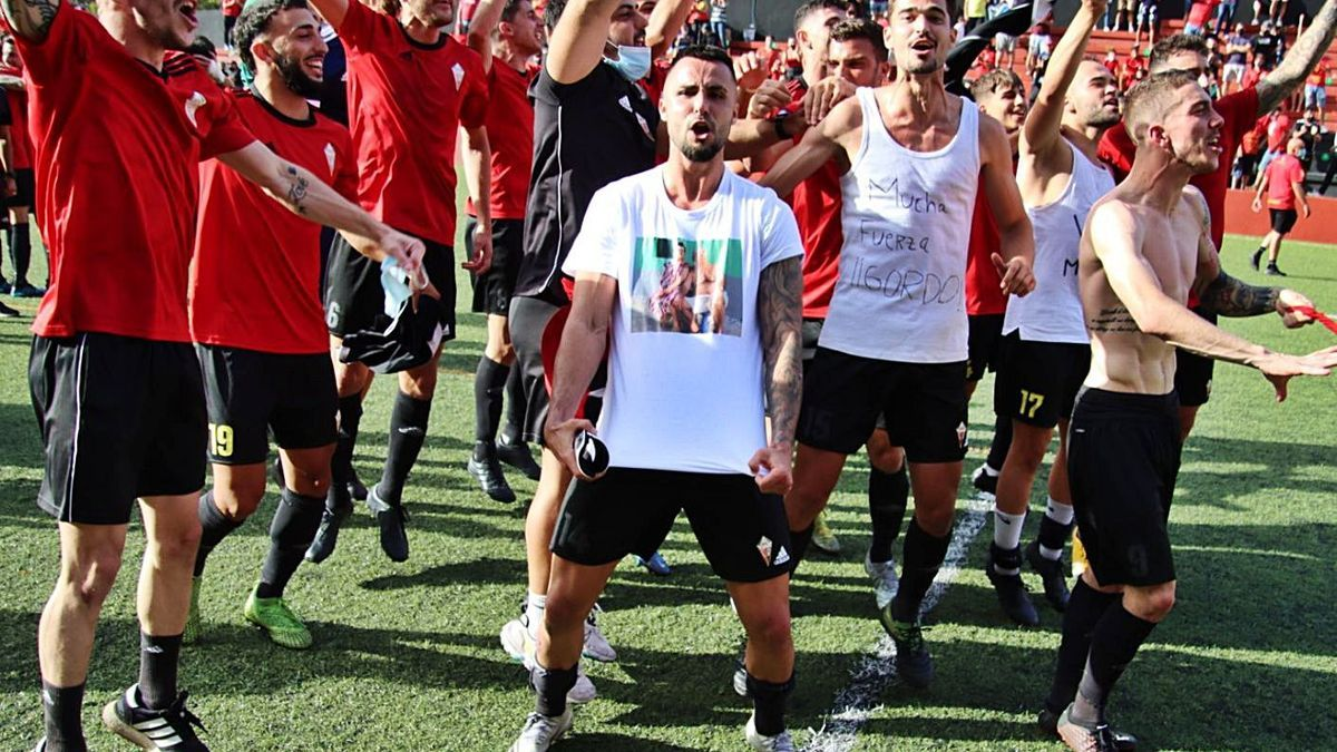 The CD Mensajero players celebrate Silvestre Carrillo's promotion on the pitch, after winning yesterday at Las Palmas C. |  |  JOSE AYUT