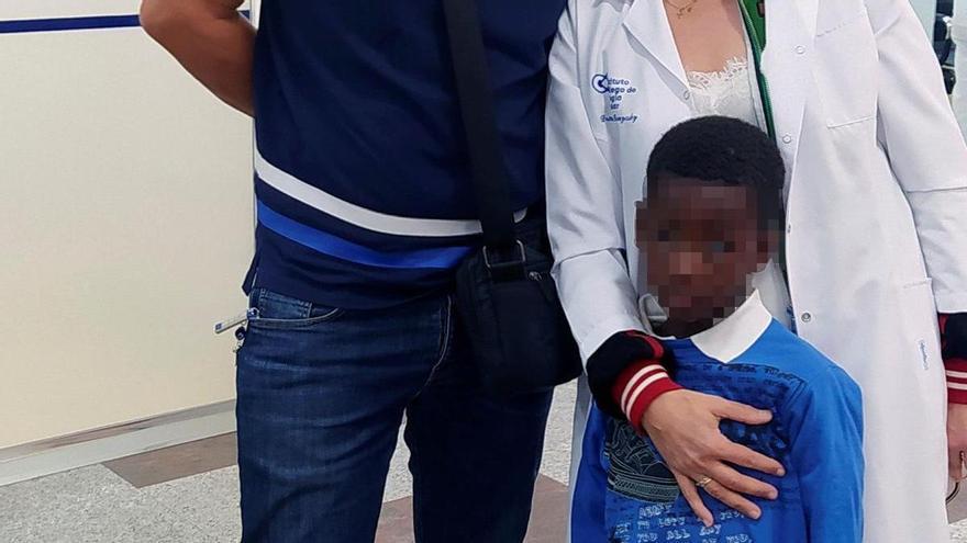 Un niño senegalés recupera la visión tras ser operado por la ONG murciana Azul en Acción