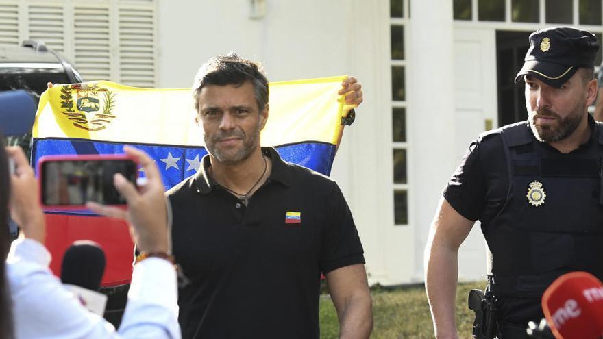 Leopoldo López sale de Caracas con destino a Madrid