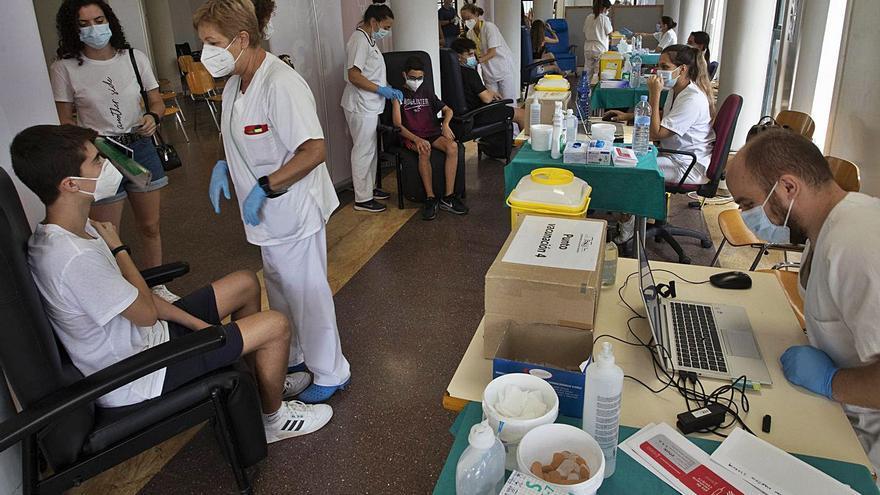 Decenas de personas acuden al primer día de vacunación sin cita previa