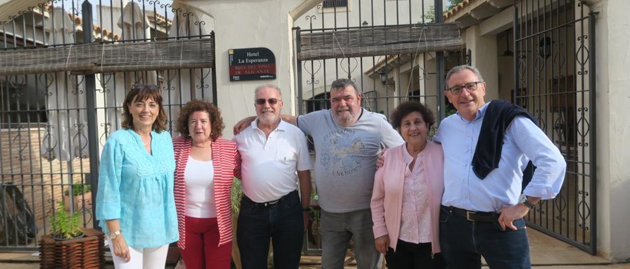 Los miembros de la comisión organizadora de la efeméride en el restaurante La Esperanza de Petrer.