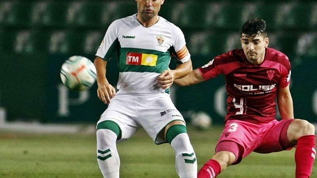 Nino protege el balón ante Fran García durante el Elche-Albacete de anoche en el Martínez Valero.