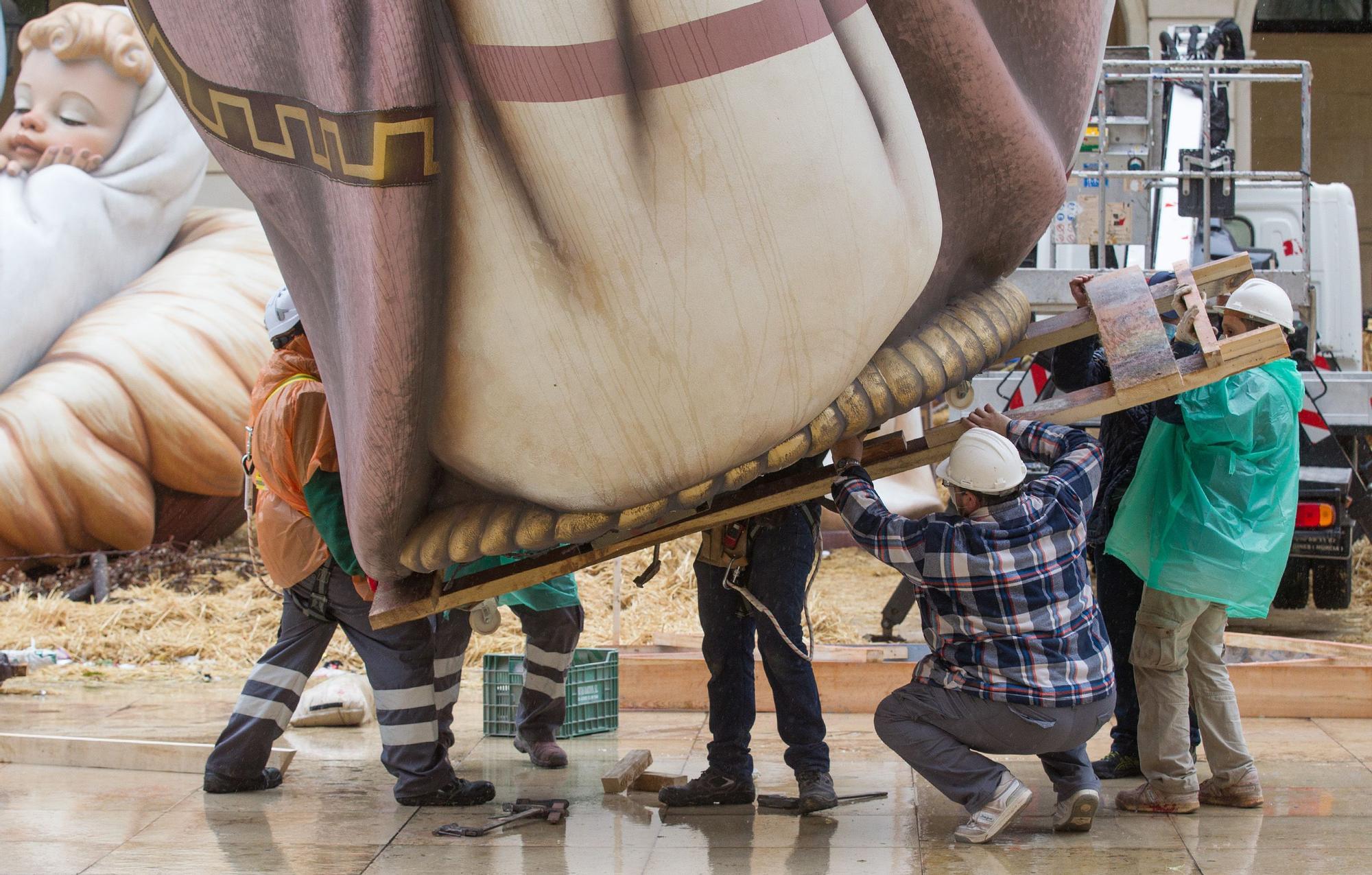 Arranca el desmontaje del Belén Gigante pese a la lluvia en Alicante