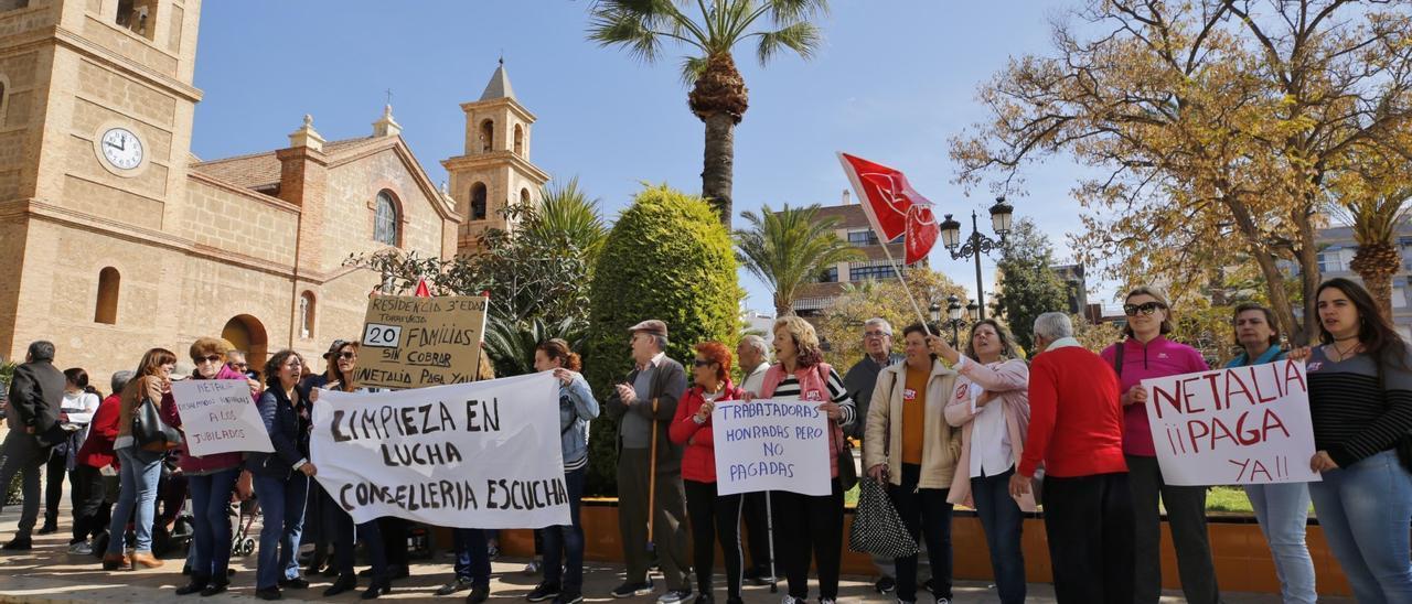 Imagen de una de las protestas de la plantilla de limpiadoras en la plaza de la Constitución de Torrevieja