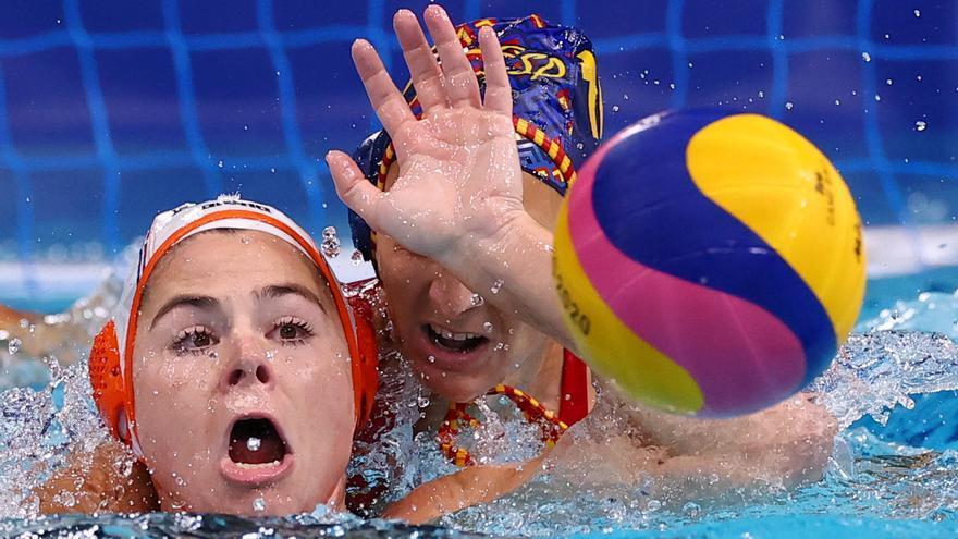 La selección femenina de waterpolo se atasca y encaja su primera derrota