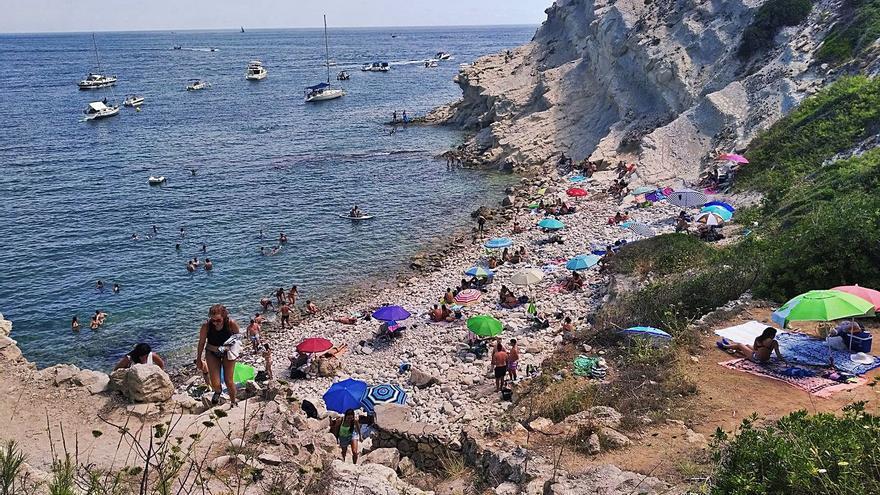 Achacan a la masificación turística el cierre de la cala del Francés de Xàbia