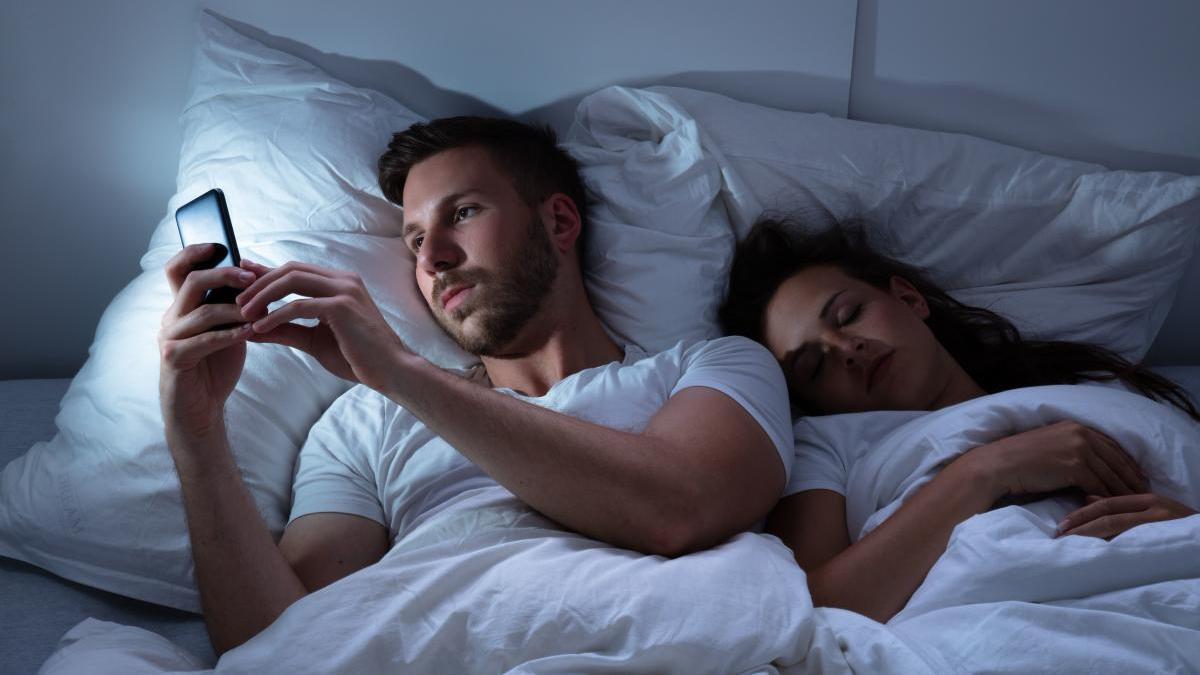 Ante la ausencia de citas, ha crecido el envío de imágenes sexuales por aplicaciones.