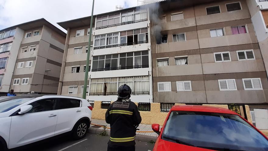 Una persona afectada por inhalación de humo en un incendio en La Paterna