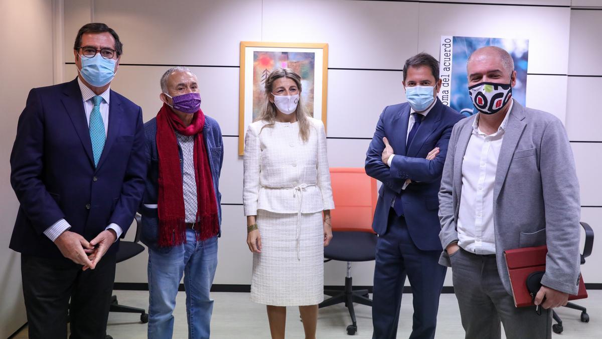 Yolanda Díaz junto a los representantes de la patronal y los sindicatos, en una imagen de archivo.