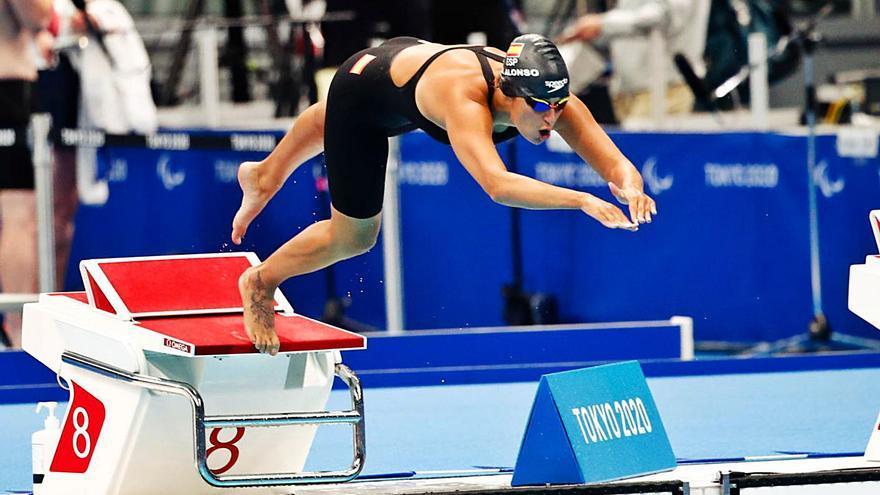 Michelle Alonso, nadadora canaria, consigue diploma