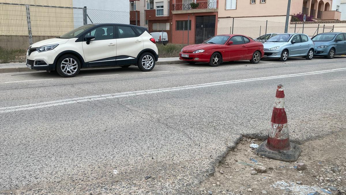 El pavimento de la calle Favara de Massanassa está deteriorado.