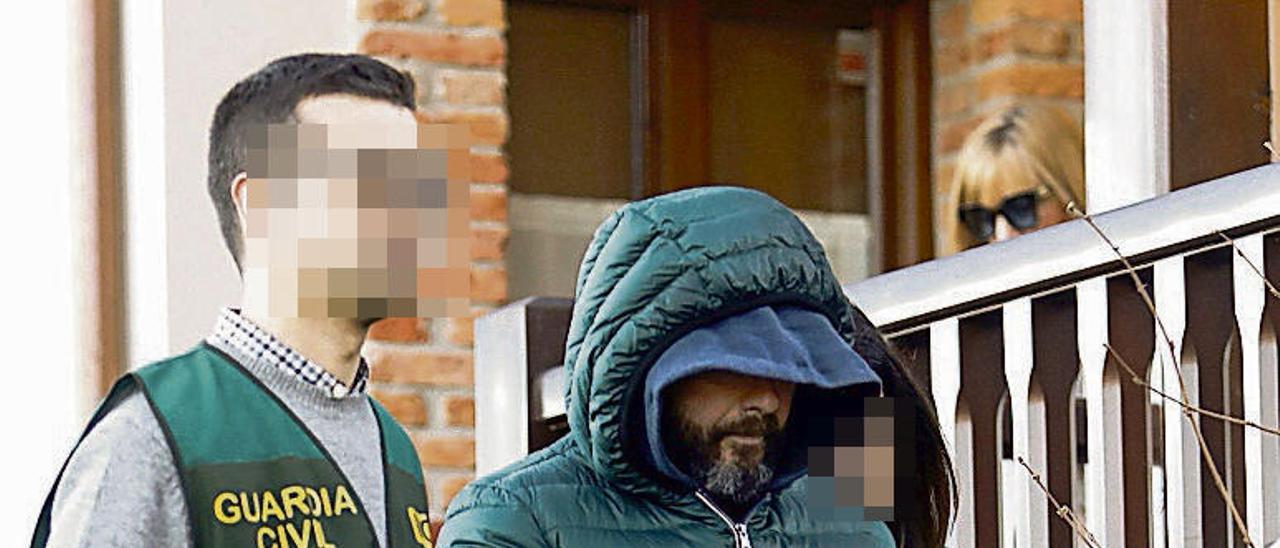 Pedro Luis Nieva, conducido por agentes de la UCO tras el registro de su casa en Belmonte de Pría.