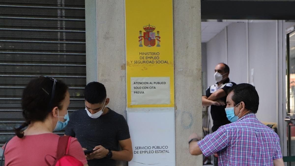 Ciudadanos frente a una oficina de empleo.