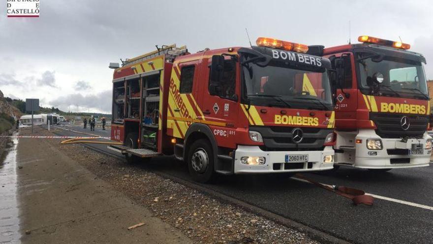Un camión con mercancía peligrosa vuelca en Barracas