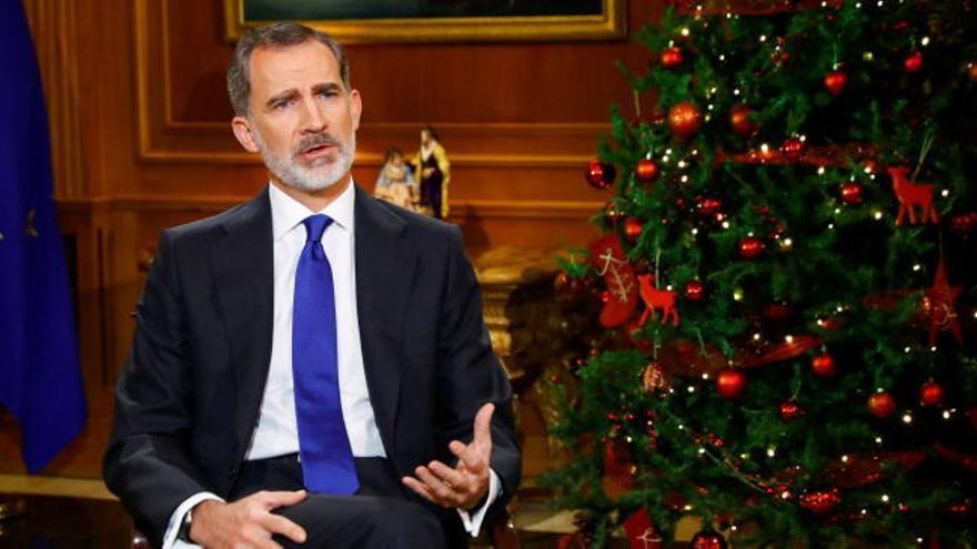 El Rey pide vencer el desánimo ante la crisis y esquiva el caso de su padre
