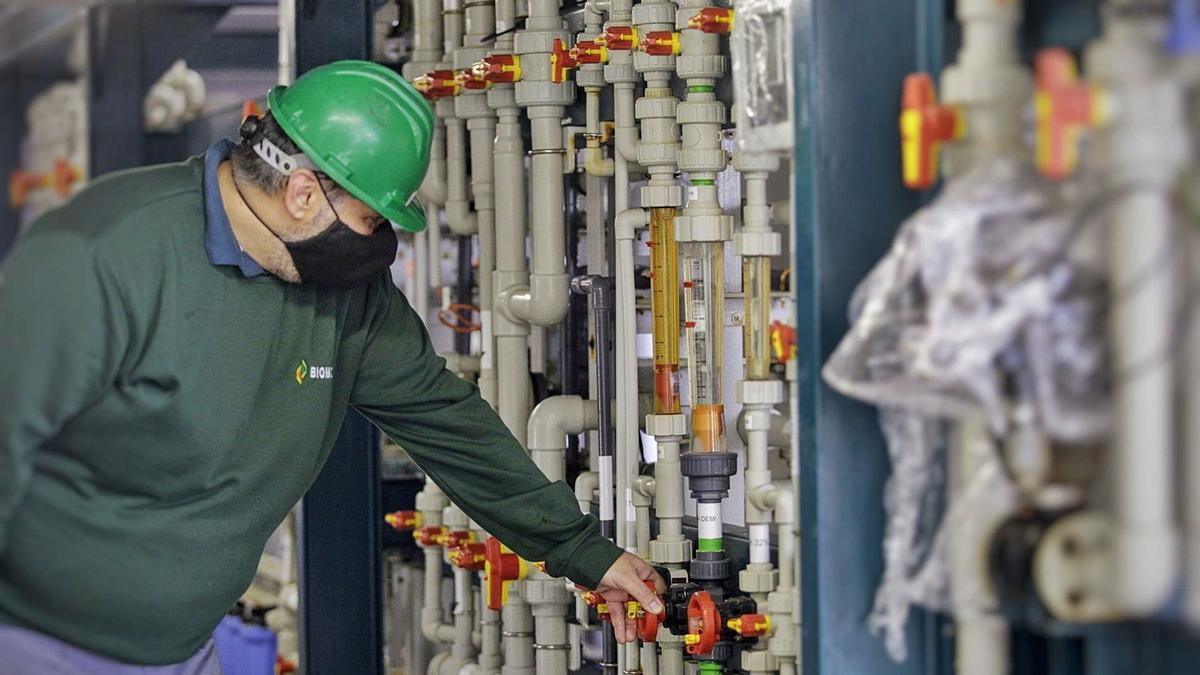Un trabajador de una industria química de Canarias durante su jornada laboral.