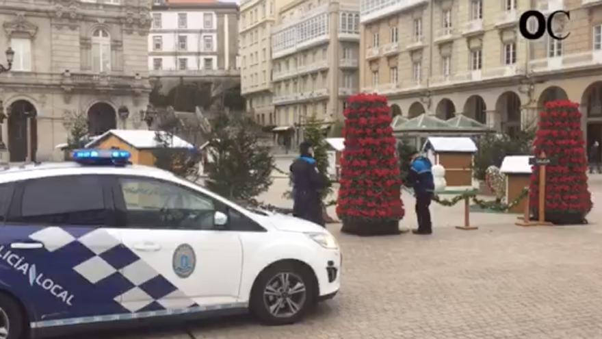 La policía precinta las atracciones navideñas de María Pita por el temporal