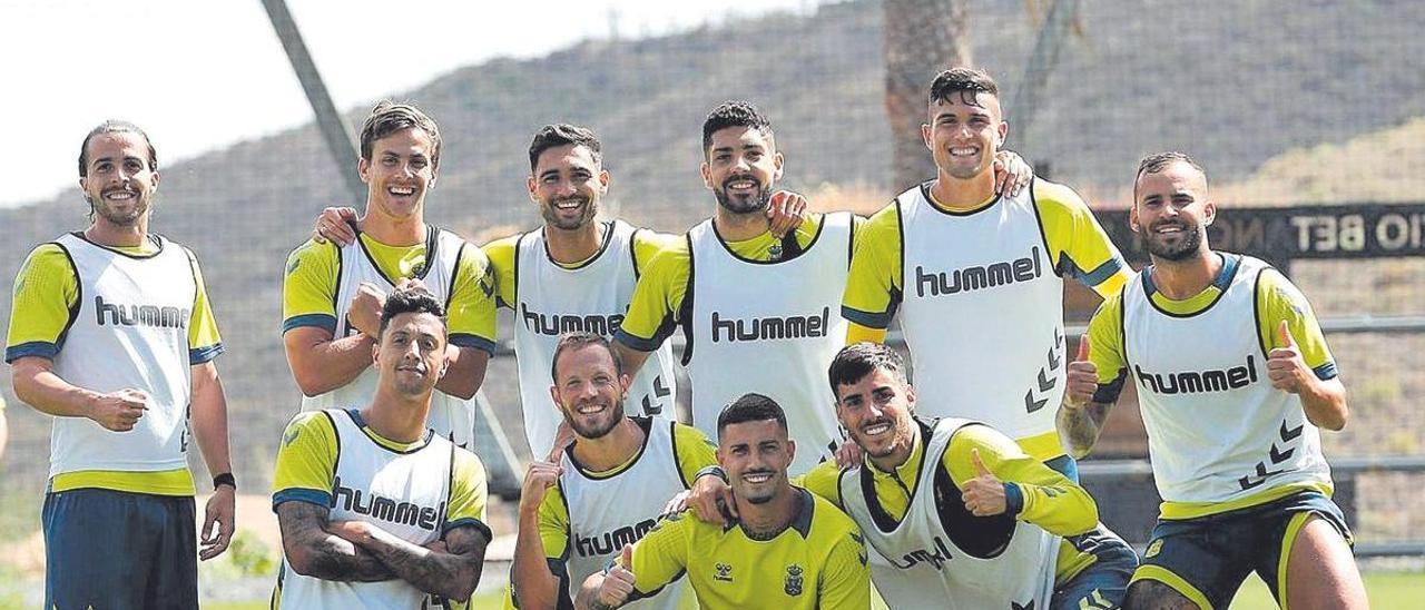 Kirian Rodríguez, Curbelo -arriba-, Benito, Suárez, Espiau, Jesé, Maikel -agachados-, Javi, Aridai y Fabio, ayer, celebran la victoria en el partidillo.