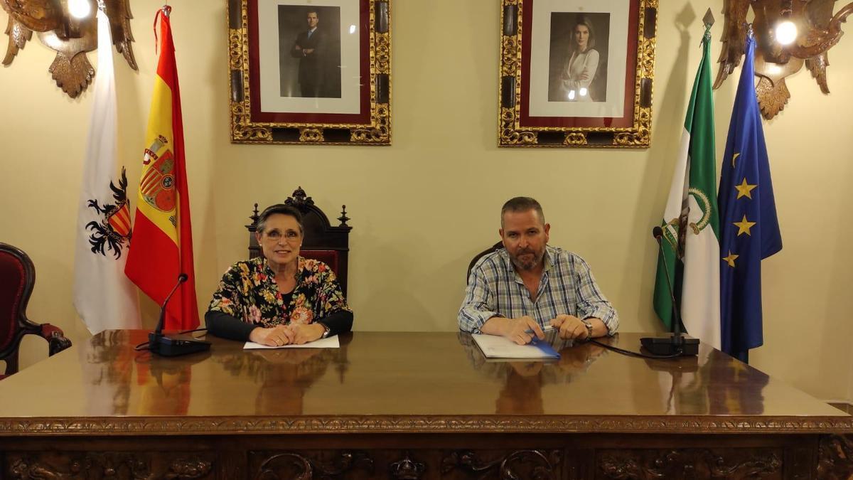 Carmen Flores y Rafael Espino, en el Ayuntamiento de Aguilar.