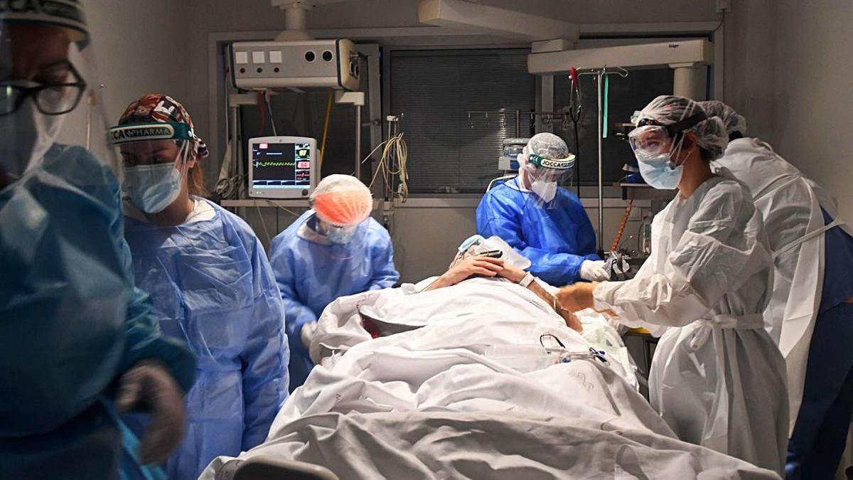 Personal sanitario del Reina Sofía atiende a un paciente covid en Cuidados Intensivos.