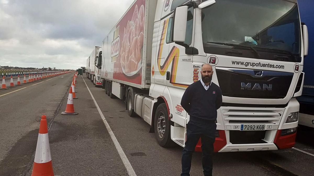 El transportista Juan Antonio Simón, residente en Crevillent, parado en Dover y con una larga fila de camiones detrás. |