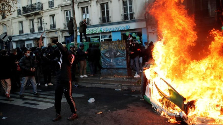 Policia i manifestants s'enfronten a París durant la manifestació contra la llei de seguretat integral