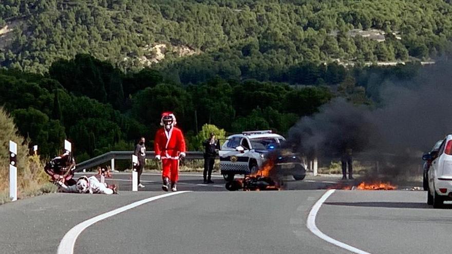 Una moto acaba calcinada tras colisionar con un coche en La Carrasqueta