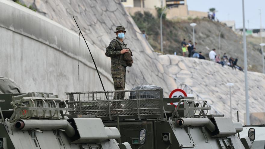 L'exèrcit espanyol assisteix les persones que arriben a Ceuta