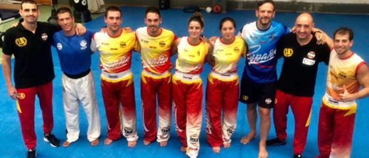 Carla Reig, centro, con sus compañeros de la selección española.