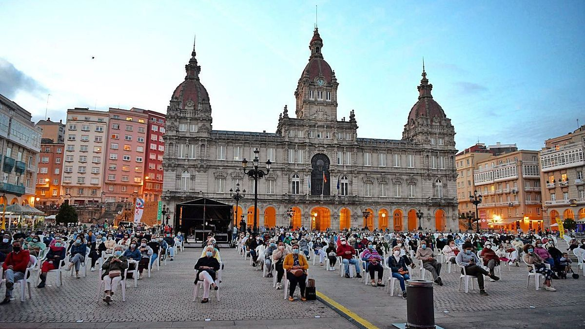 Público sentado y separado por un metro y medio en un concierto en María Pita en 2020.
