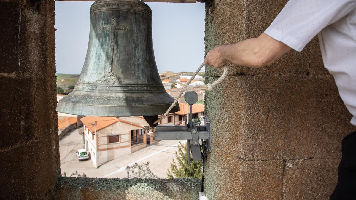 Una persona toca una campana en una iglesia de la provincia.