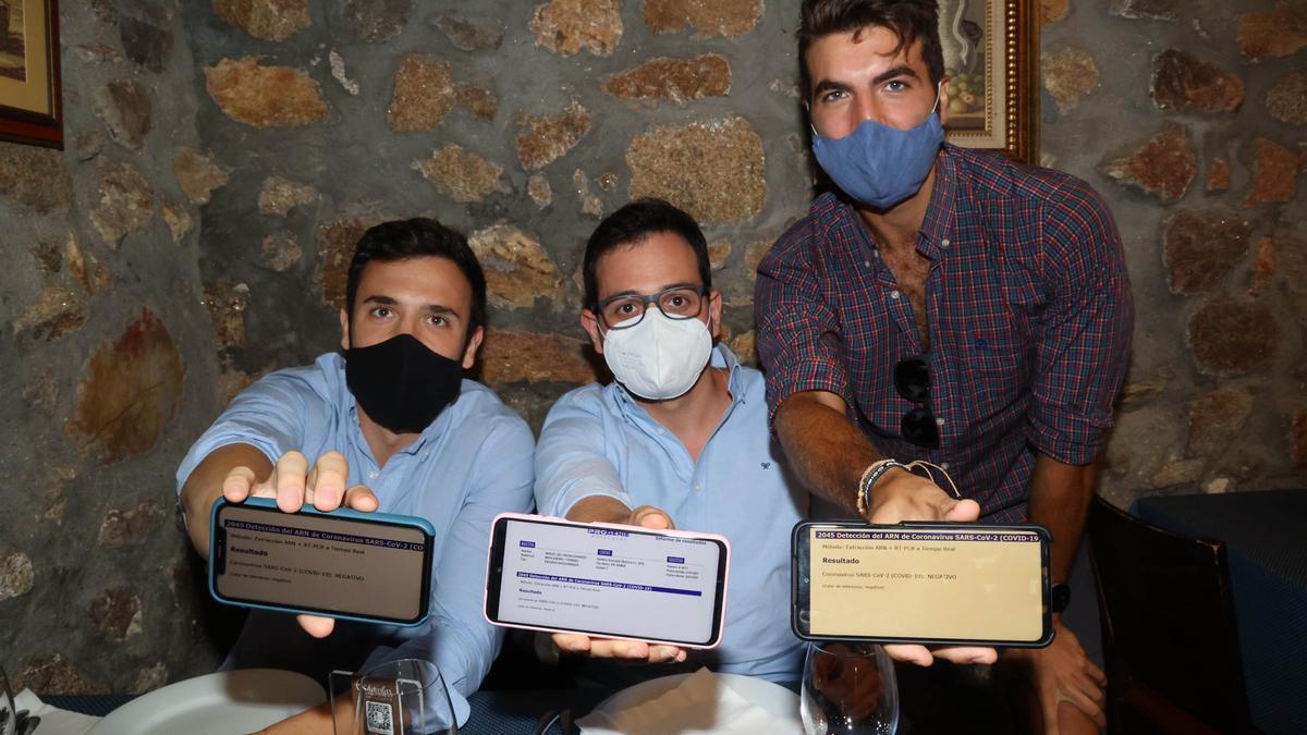Tres clientes muestran sus pasaportes COVID cuando la medida era obligatoria
