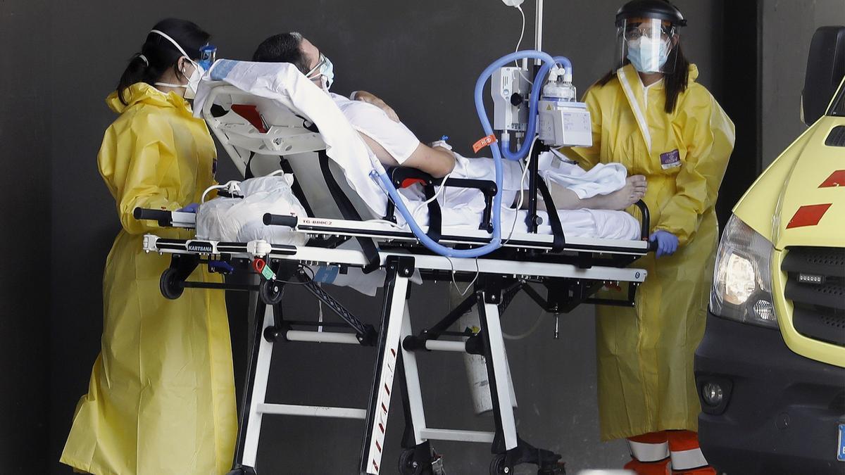 Sanitarios trasladan a un paciente de covid en Barcelona.