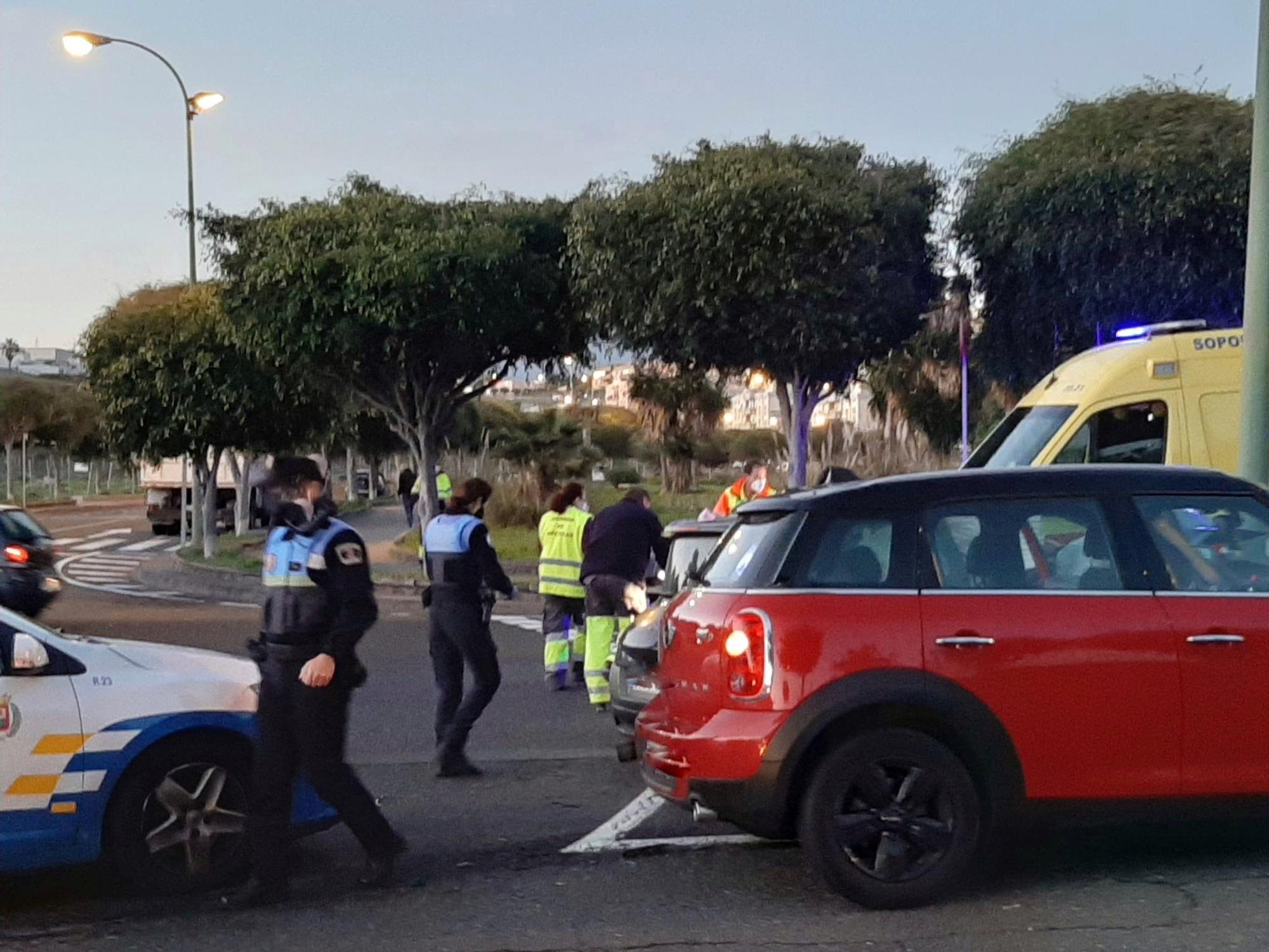 Choque de un automóvil con una farola en Siete Palmas