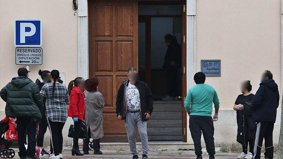 Varias personas hacen cola en Cáritas el pasado mes de abril, en plena epidemia.