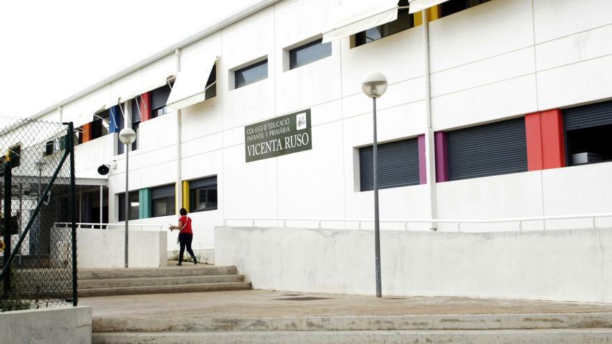 Confinan otras dos aulas del Vicenta Ruso en Gran Alacant tras contagiarse dos alumnos en el autobús escolar
