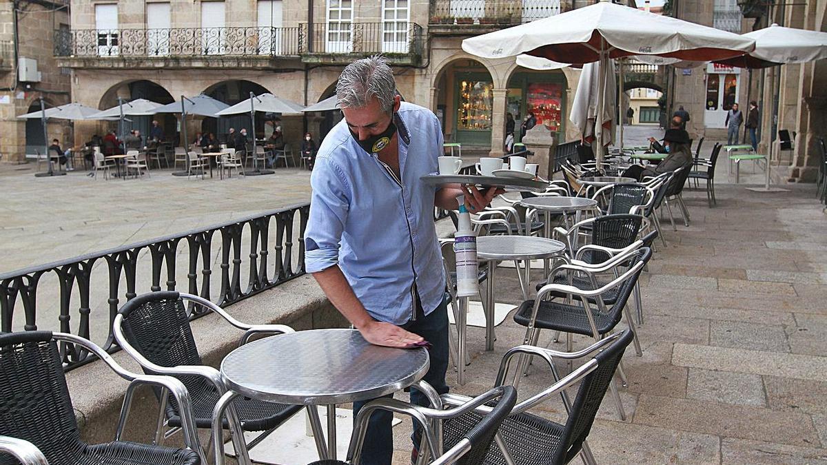 Un  empleado de hostelería en Plaza Mayor, días antes de las restricciones de octubre. |   // IÑAKI OSORIO