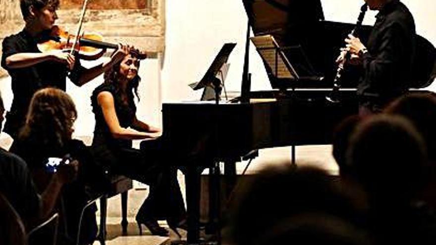 Debut del trío musical Amparo Barayón