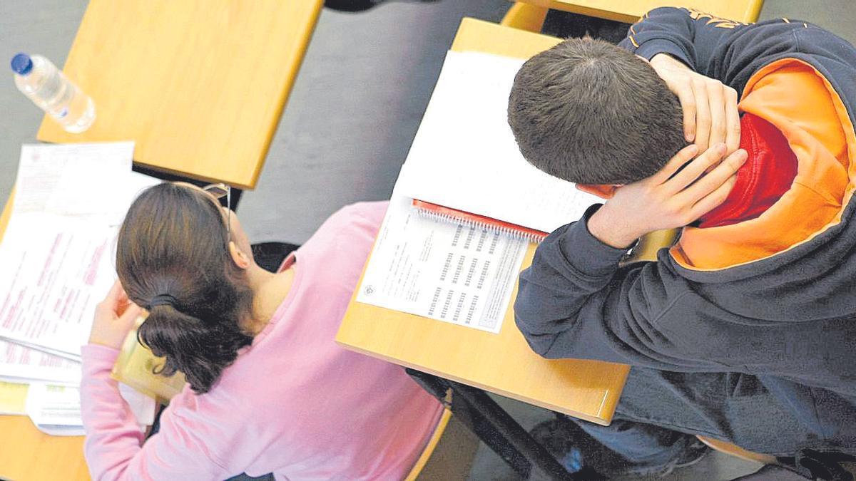 Alumnos durante un examen