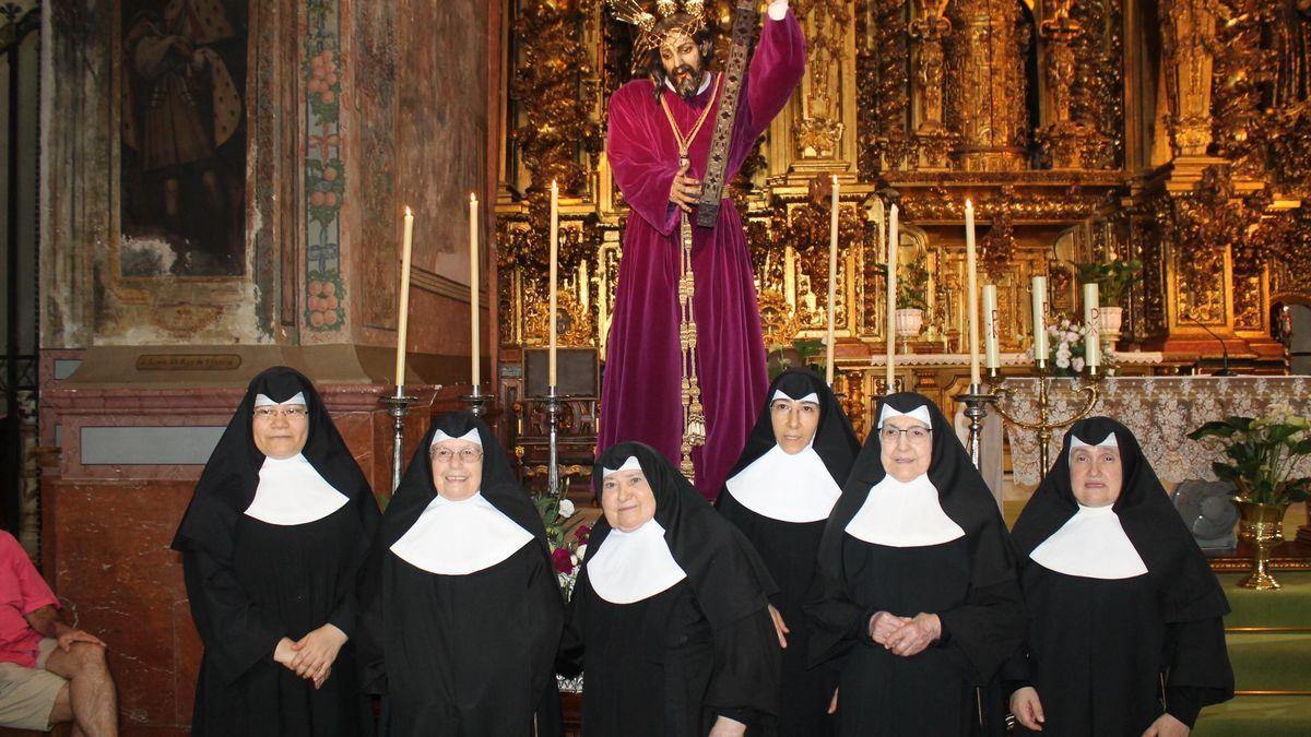 Las monjas de San Francisco posan delante de Jesús Nazareno en agosto del año 2018.