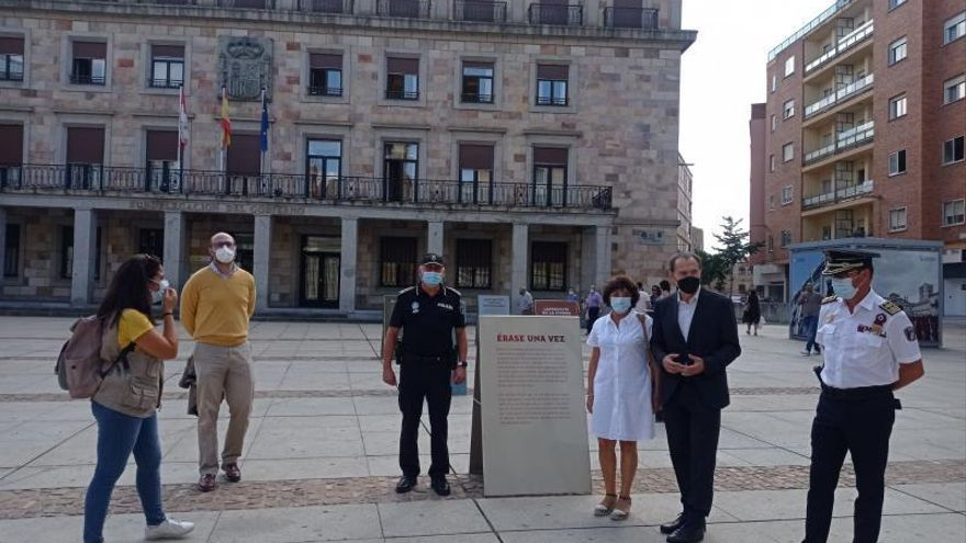 """Blanco y Rosales visitan la muestra """"Caperucita camina sola"""" en Zamora"""