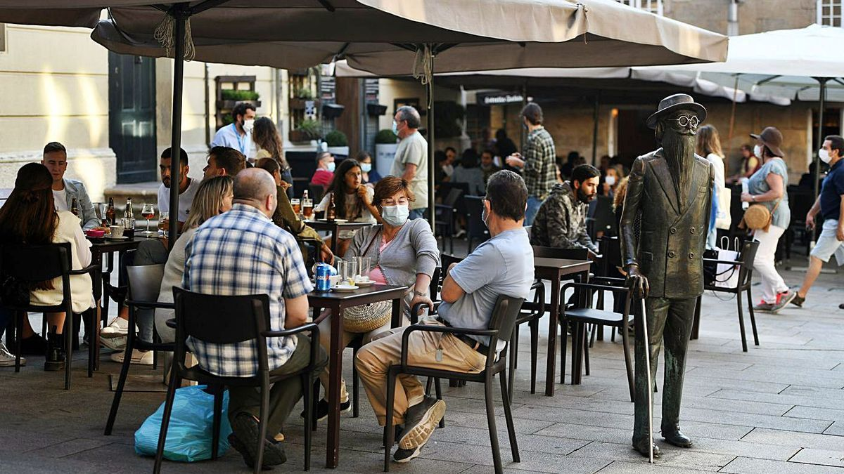 Terrazas de hostelería en la Praza de Méndez Núñez.     // GUSTAVO SANTOS