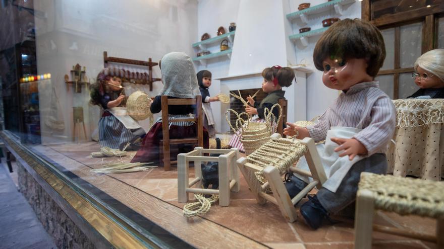 La juguetería La Industrial homenajea a las artesanas de la 'llata'
