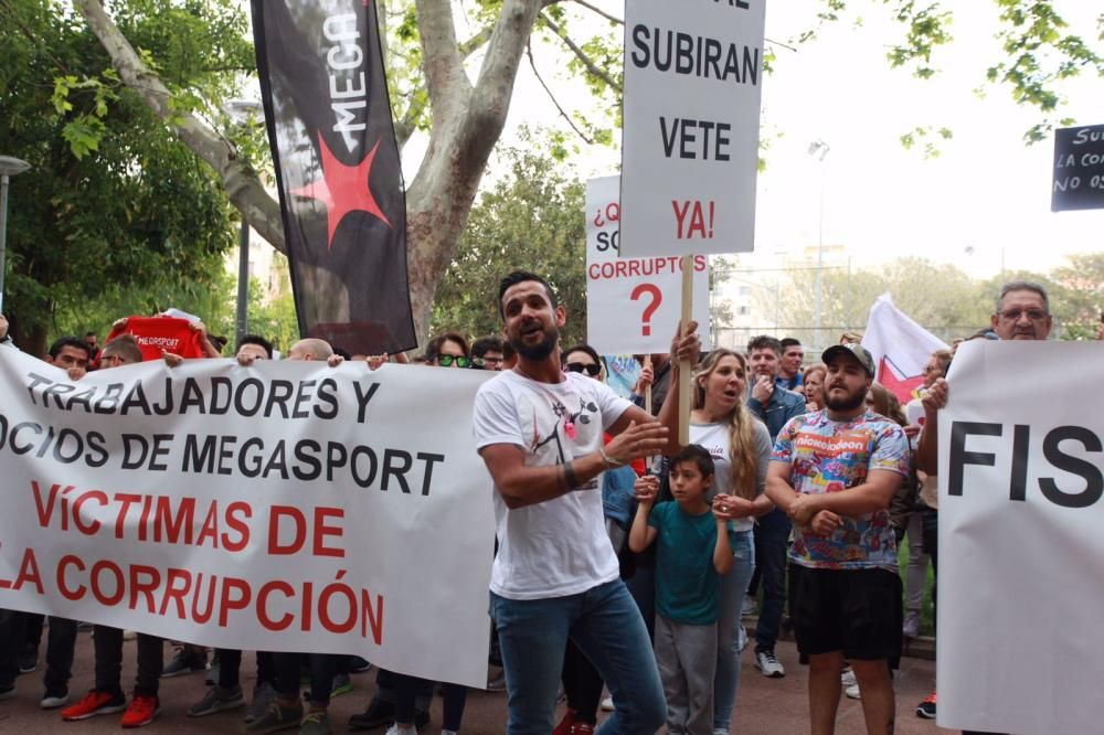 Más de 500 personas protestan por el cierre de Megasport y por el Caso Cursach