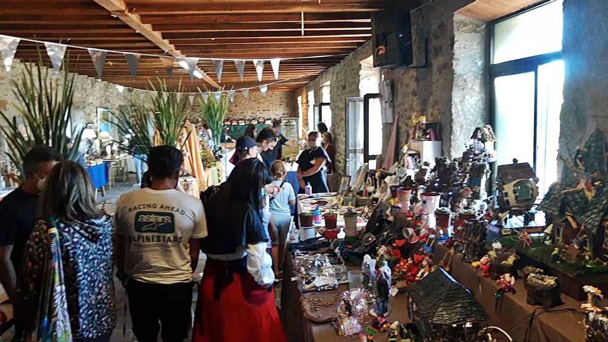 Asistentes al Encuentro de artesanos que por segundo año se celebra en Vigo de Sanabria . | A. S.