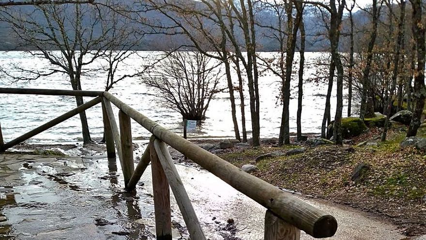 Las lluvias y el deshielo anegan los colectores de la playa del Folgoso en el Lago de Sanabria