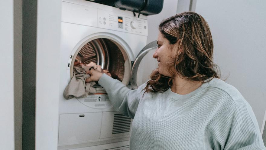 El truco que muchos desconocen que para que la ropa salga más limpia de la lavadora